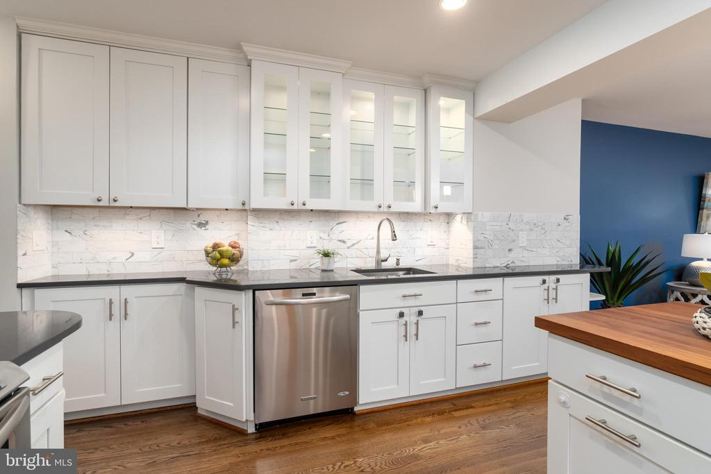 Gourmet kitchen with granite countertops - 2740 S TROY ST, ARLINGTON