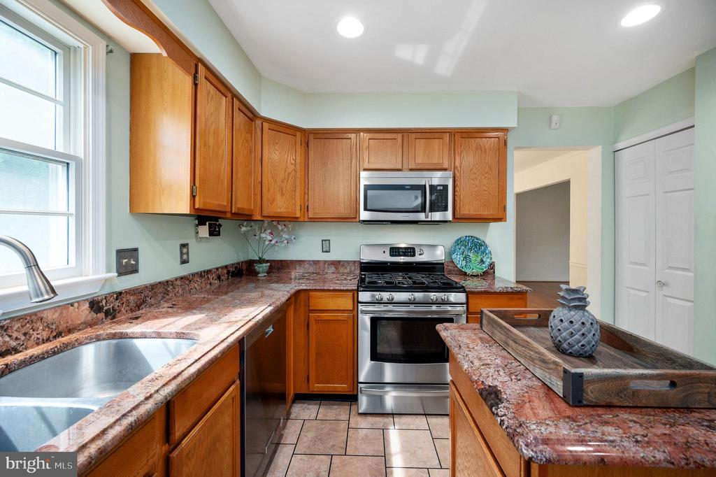 Gas Stove - 9 OAKBROOK CT, STAFFORD