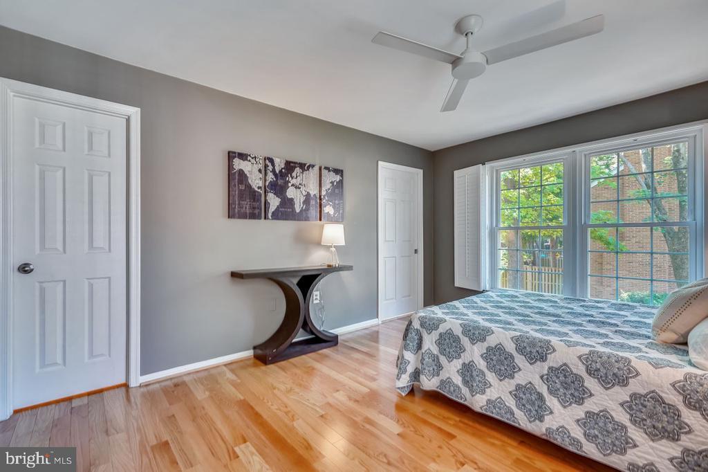 Master suite with full bath & walk-in closet - 2564-A S ARLINGTON MILL DR S #5, ARLINGTON