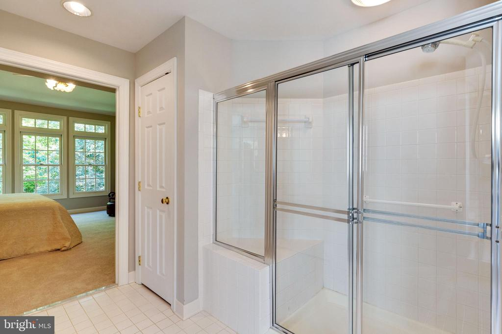 Shower with Seat in Primary Bathroom - 4346 MULCASTER TER, DUMFRIES