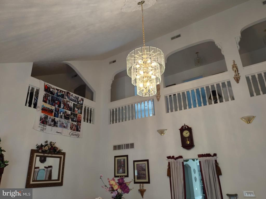 Upper loft/walkway in formal living rm w/arches. - 745 & 747 MERRIMANS LN, WINCHESTER