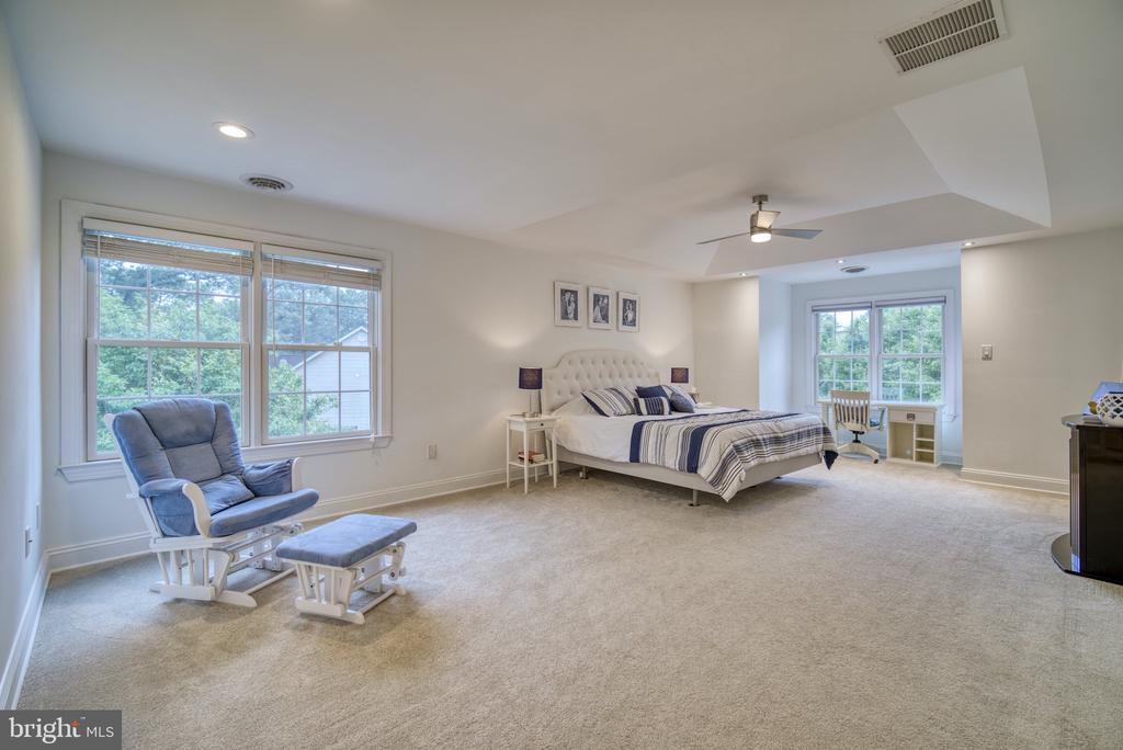 Oversized Owner's Suite... Ample windows! - 1202 CORTINA WAY, SEVERN