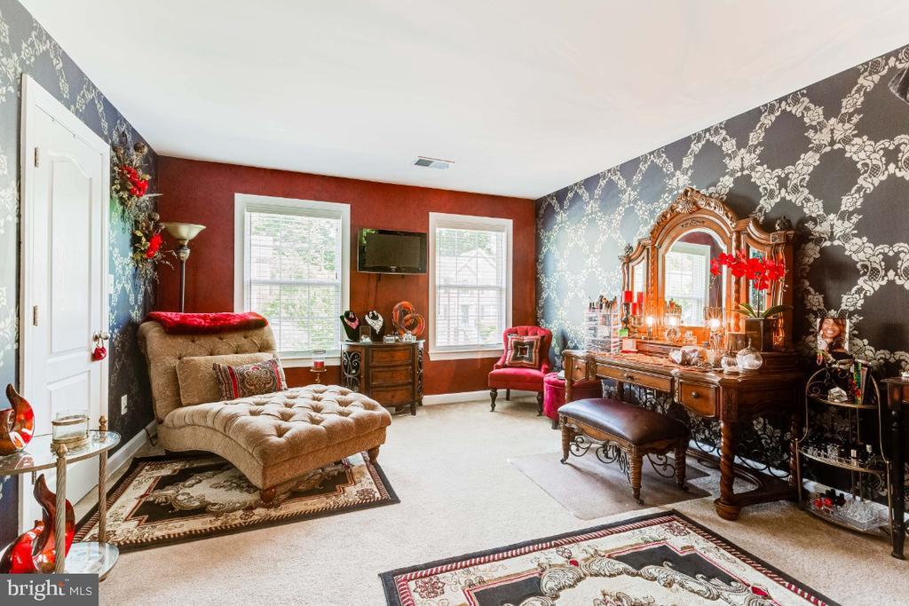 Bedroom 2 with Designer Painted Walls - 4917 TROTTERS GLEN DR, UPPER MARLBORO