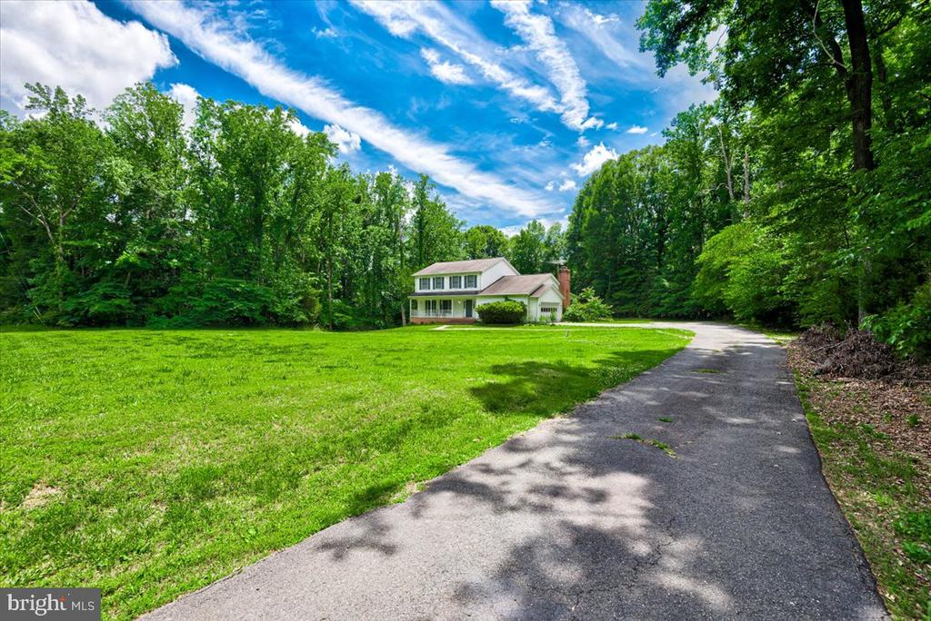Driveway up to the home - 2376 RIVER DR, KING GEORGE