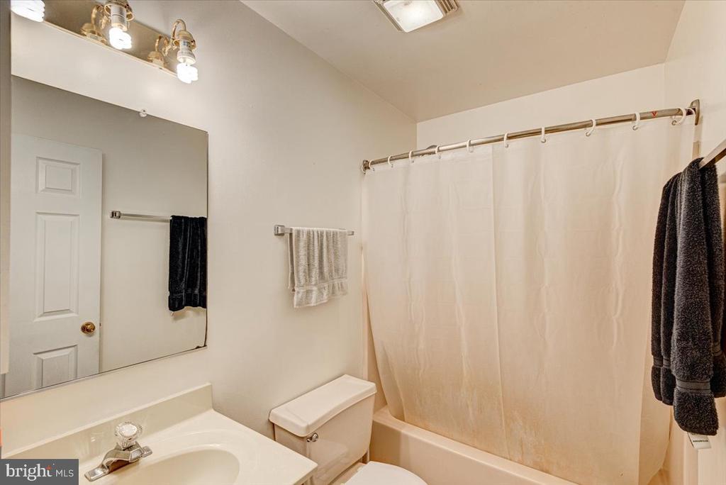 Full Bathroom on the upper level - 2376 RIVER DR, KING GEORGE