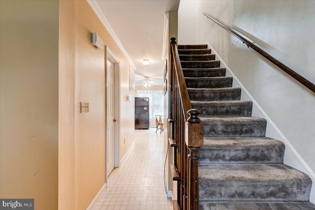 Stairs to the second level - 2376 RIVER DR, KING GEORGE