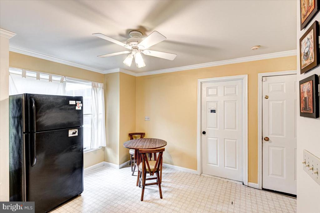 Eat in Kitchen with room for a table - 2376 RIVER DR, KING GEORGE
