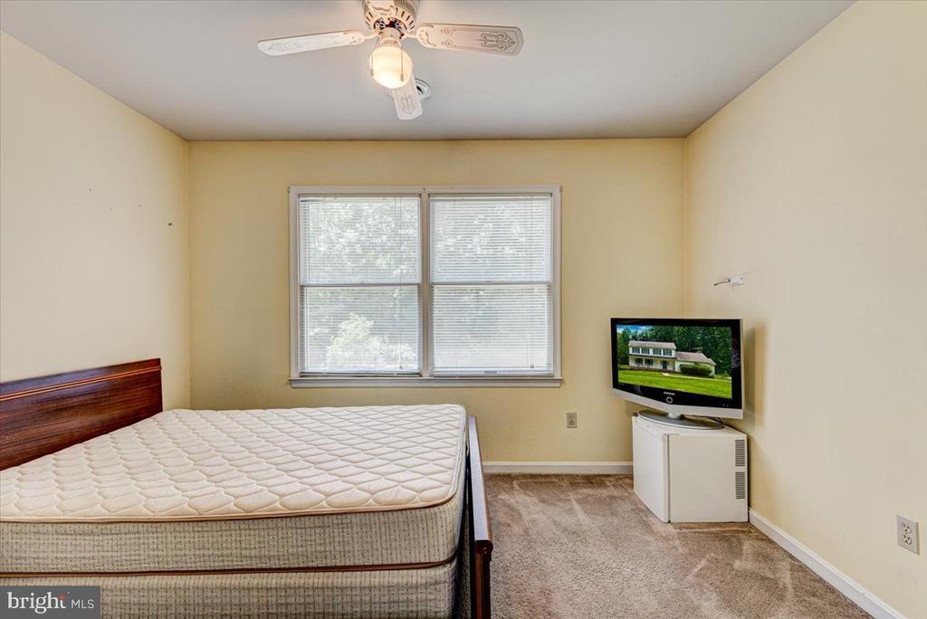 Bedroom 1 upper level - 2376 RIVER DR, KING GEORGE