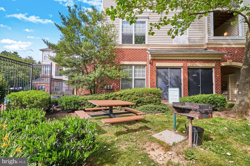 Community outdoor space - 11381 ARISTOTLE DR #10-210, FAIRFAX