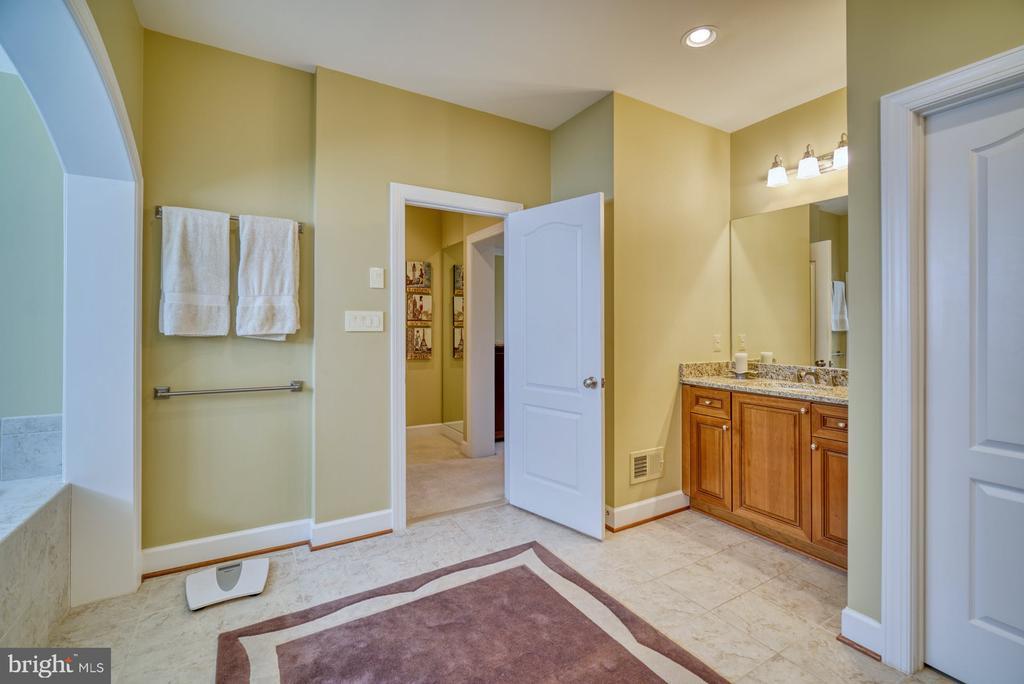 Primary Bathroom has Dual Vanities - 42416 RINGNECK PL, BRAMBLETON