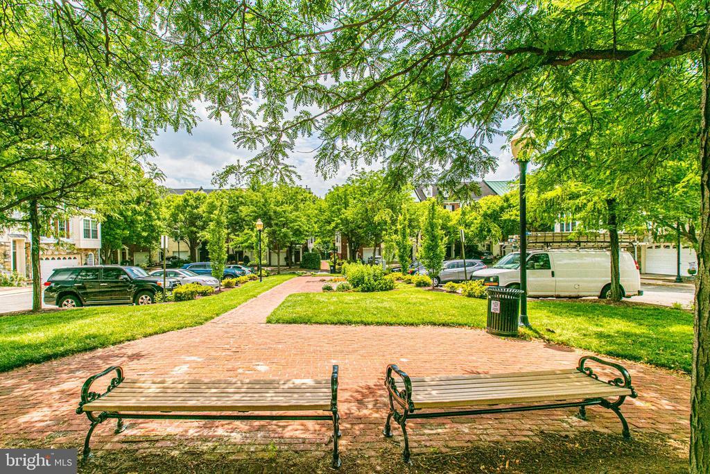 Plenty of landscaped sidewalks and parks! - 5122 KNAPP PL, ALEXANDRIA