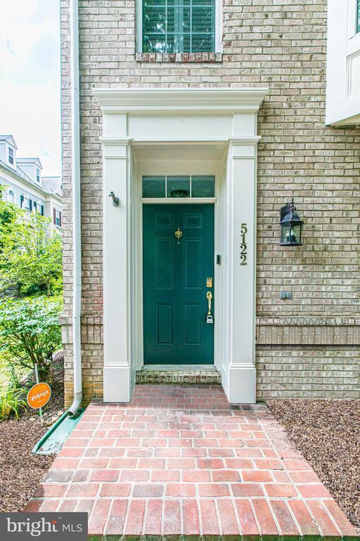 Front door leads into foyer, bonus room and garage - 5122 KNAPP PL, ALEXANDRIA