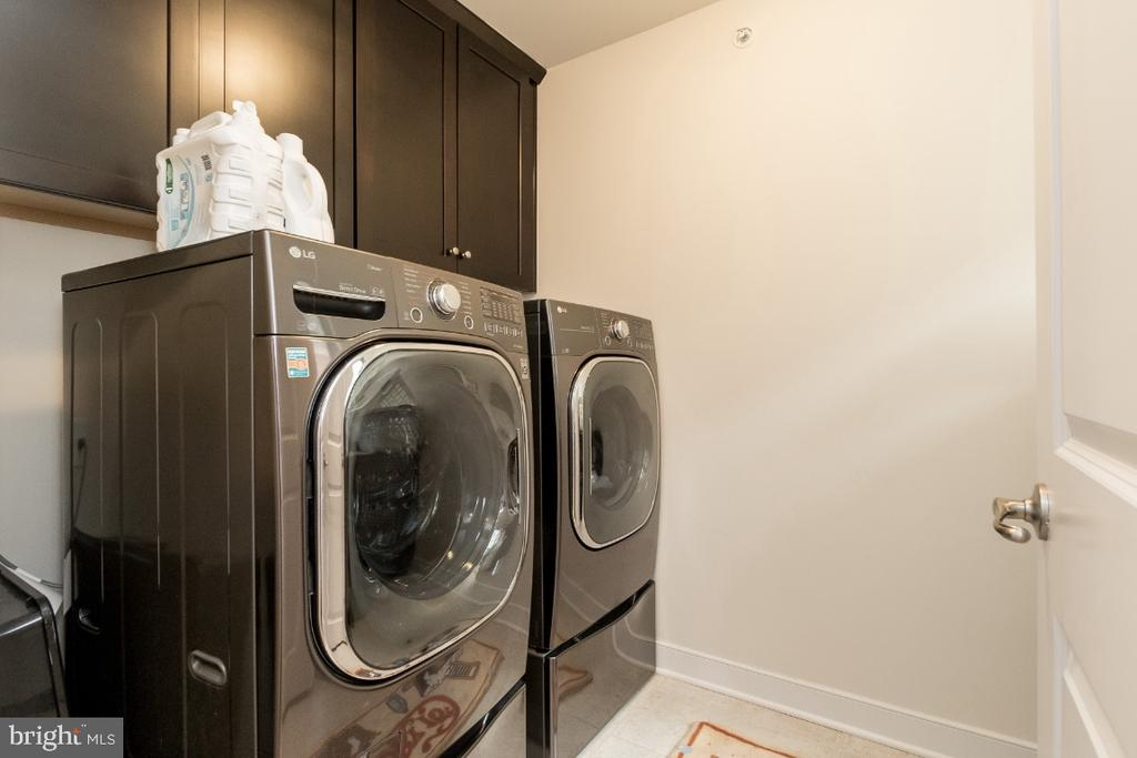 Upper level walk in laundry w/sink - 16965 TAKEAWAY LN, DUMFRIES