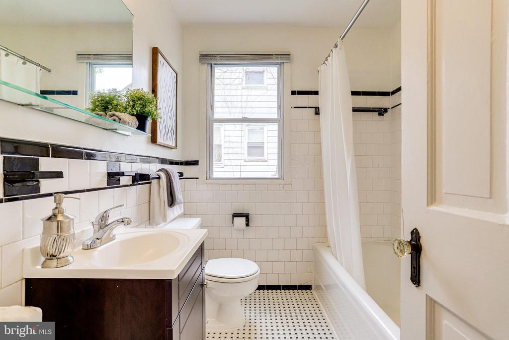 Main level full bath - 859 N ABINGDON ST, ARLINGTON