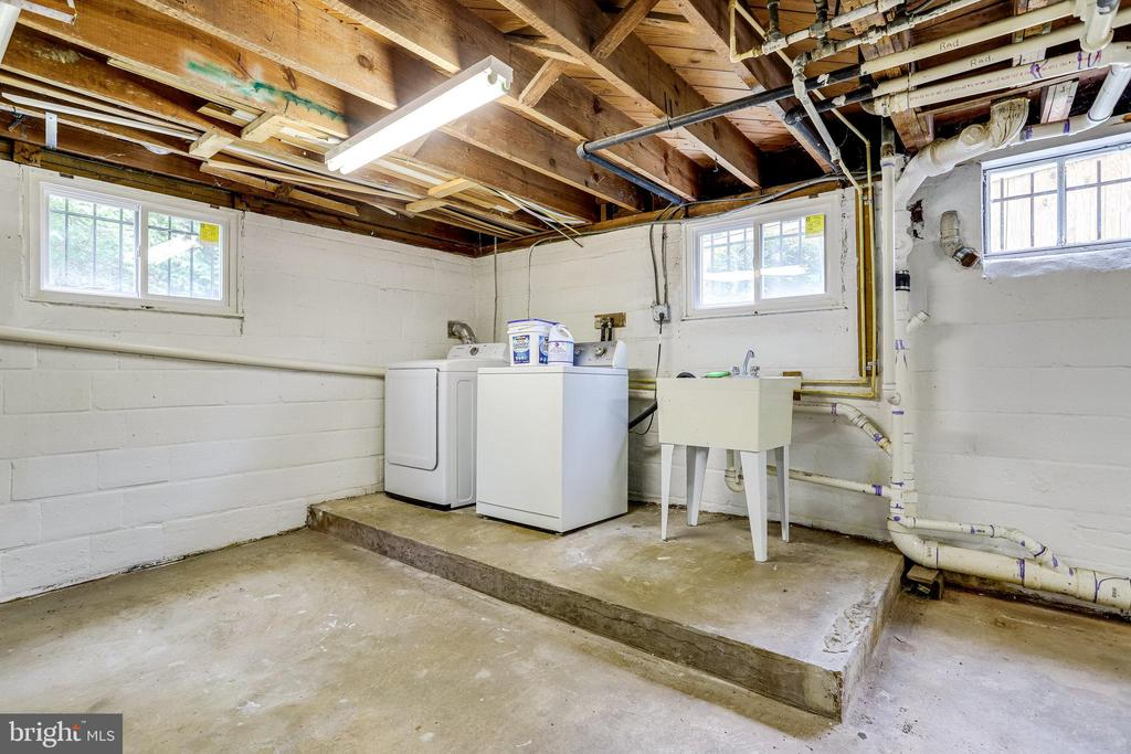 Washer dryer and laundry sink - 859 N ABINGDON ST, ARLINGTON