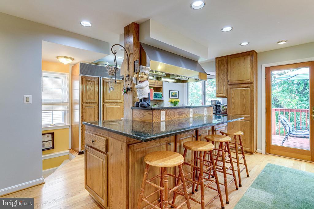 ML-Stunning Gourmet Kitchen with Breakfast Bar - 607 23RD ST S, ARLINGTON