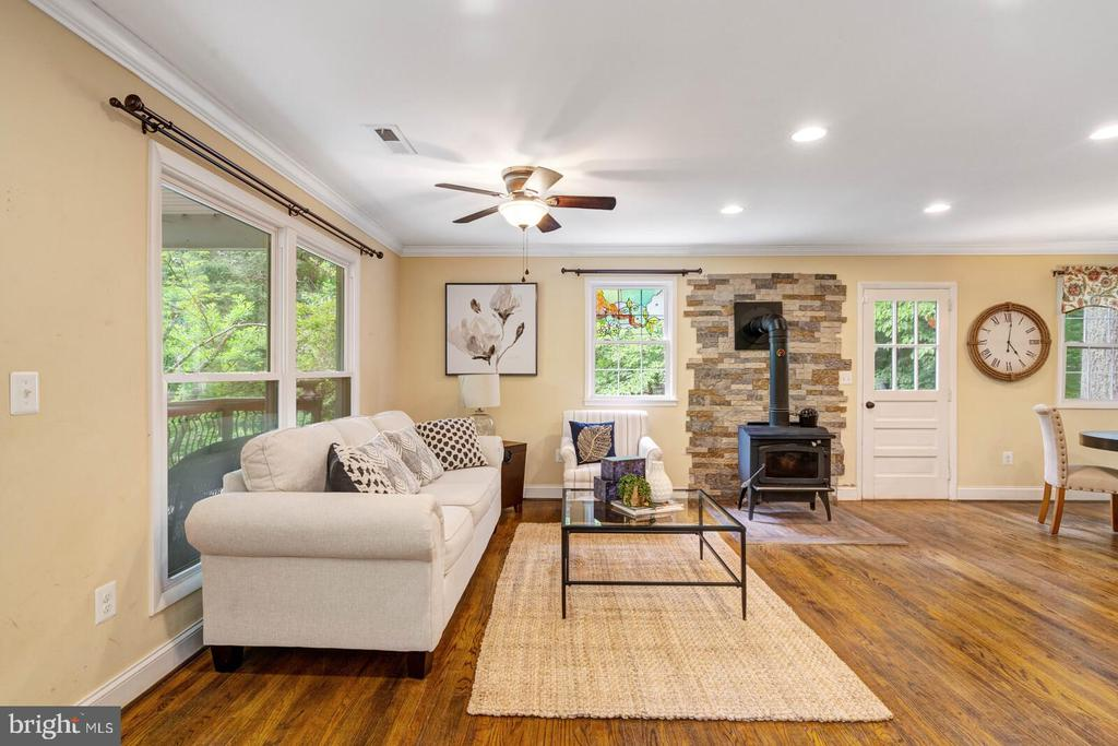 Great place to relax or entertain - 12805 KAHNS RD, MANASSAS