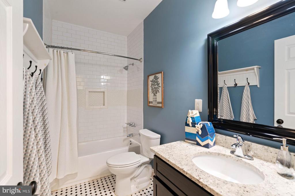 Hall Bathroom - 12805 KAHNS RD, MANASSAS