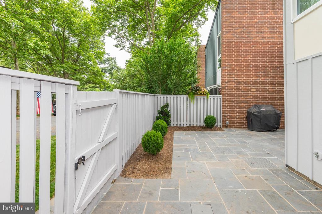 Easy access to additional rear parking -back patio - 11568 LINKS DR, RESTON