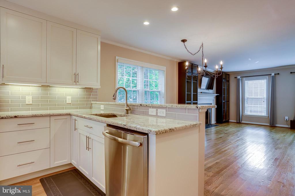 custom cabinets and kitchen lighting - 6705 WASHINGTON BLVD #G, ARLINGTON