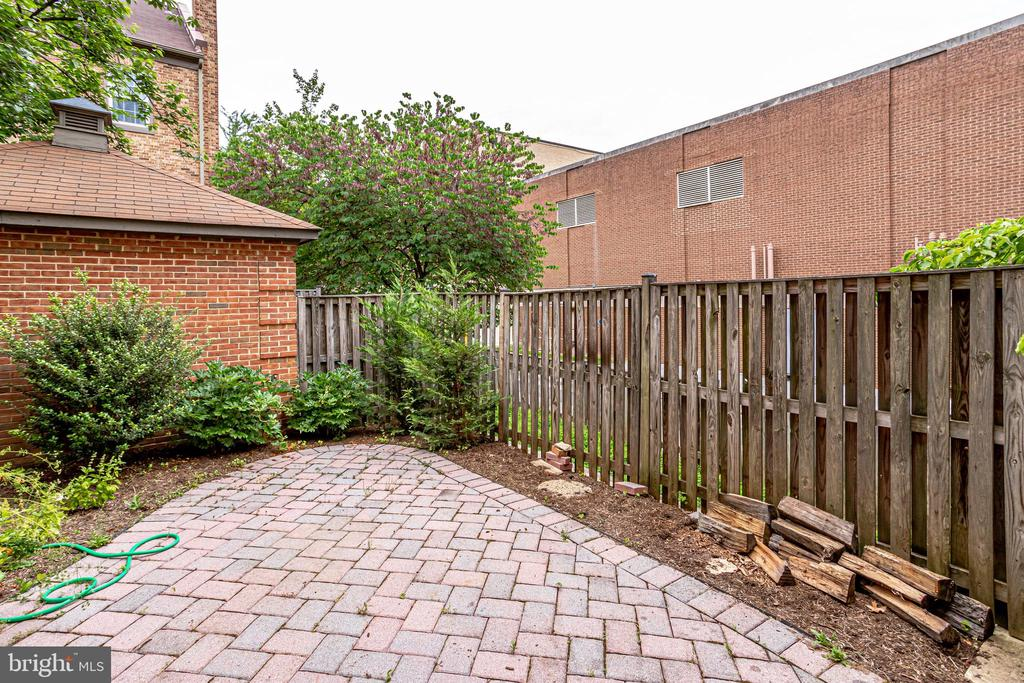 Fences maintained by HOA - 6705 WASHINGTON BLVD #G, ARLINGTON