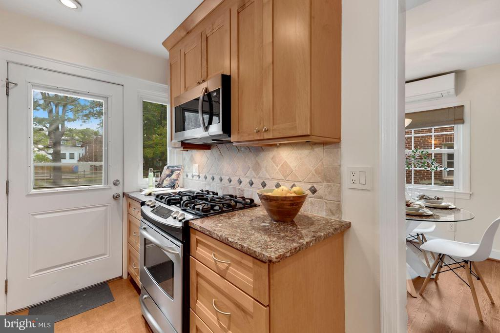 Kitchen with door to back yard - 710 N NELSON ST, ARLINGTON