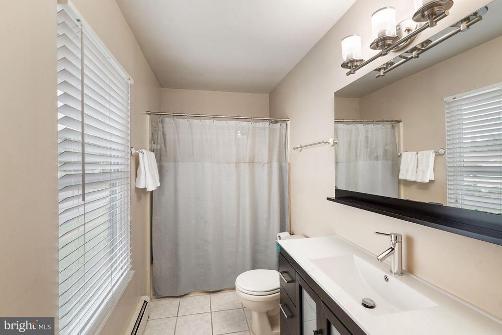 Owner's Bath - 202 E JUNIPER AVE, STERLING