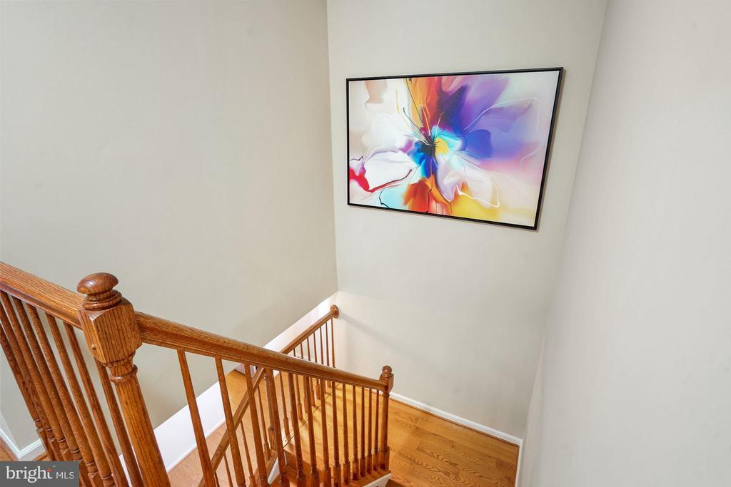 Hardwood Staircase - 202 E JUNIPER AVE, STERLING