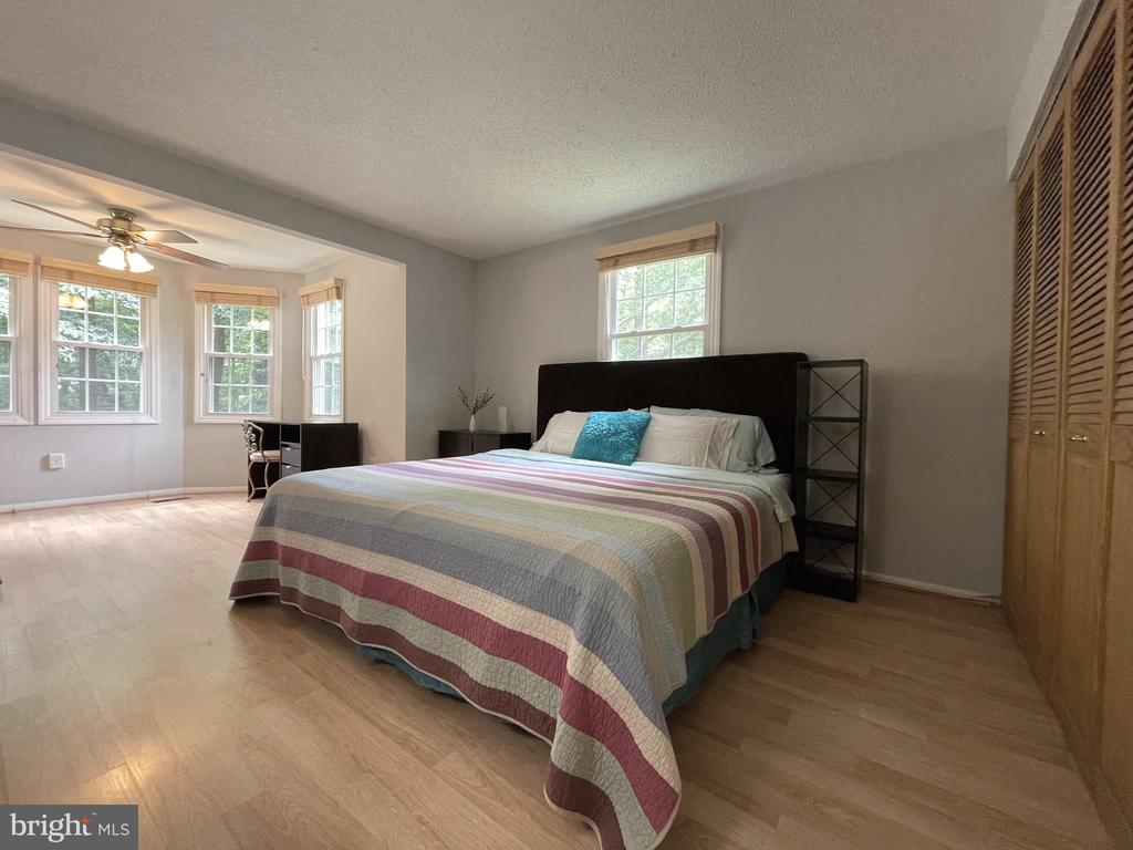Main bedroom with a sitting area - 5919 VERNONS OAK CT, BURKE