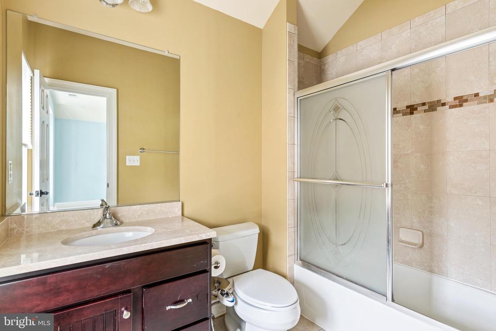 Bedroom LL  full bathroom - 8503 WEDDERBURN STATION DR, VIENNA