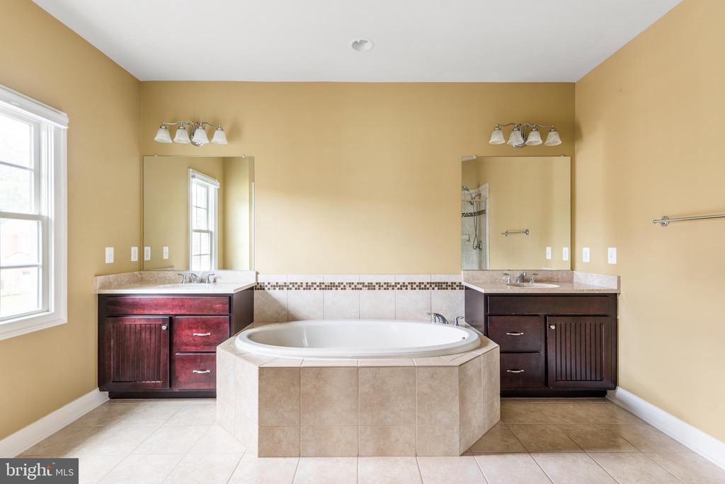 Upper Level Master bathroom - 8503 WEDDERBURN STATION DR, VIENNA