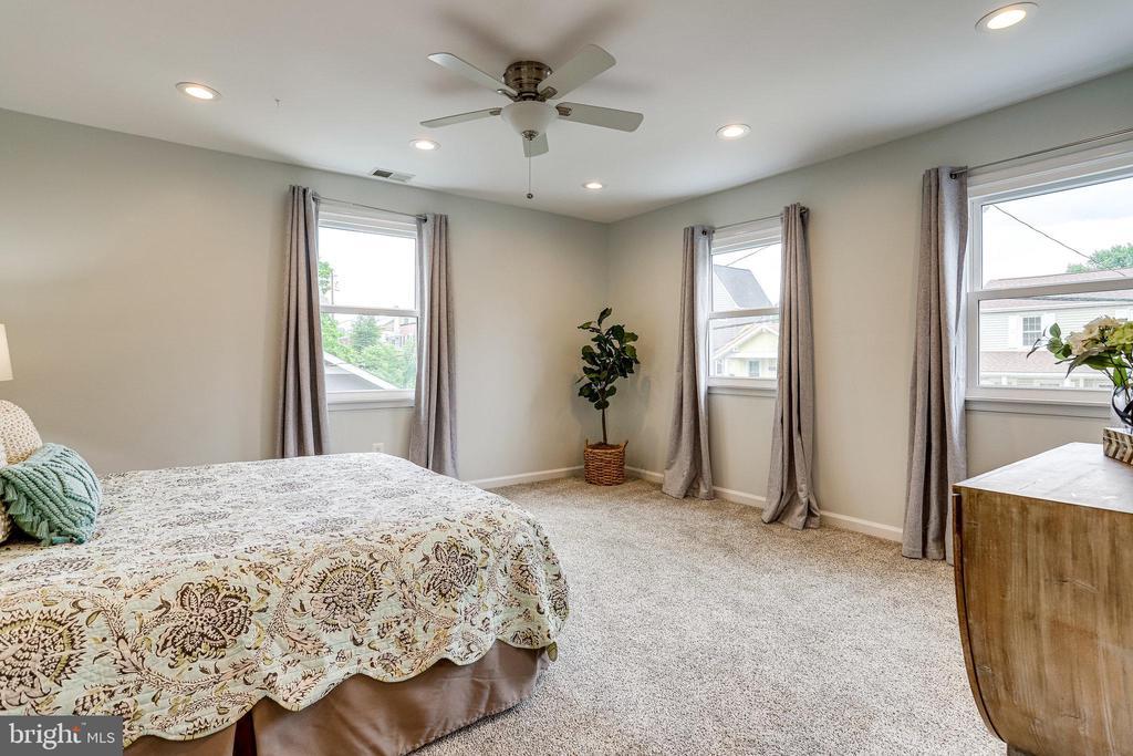 Spacious master bedroom - 728 20TH ST S, ARLINGTON