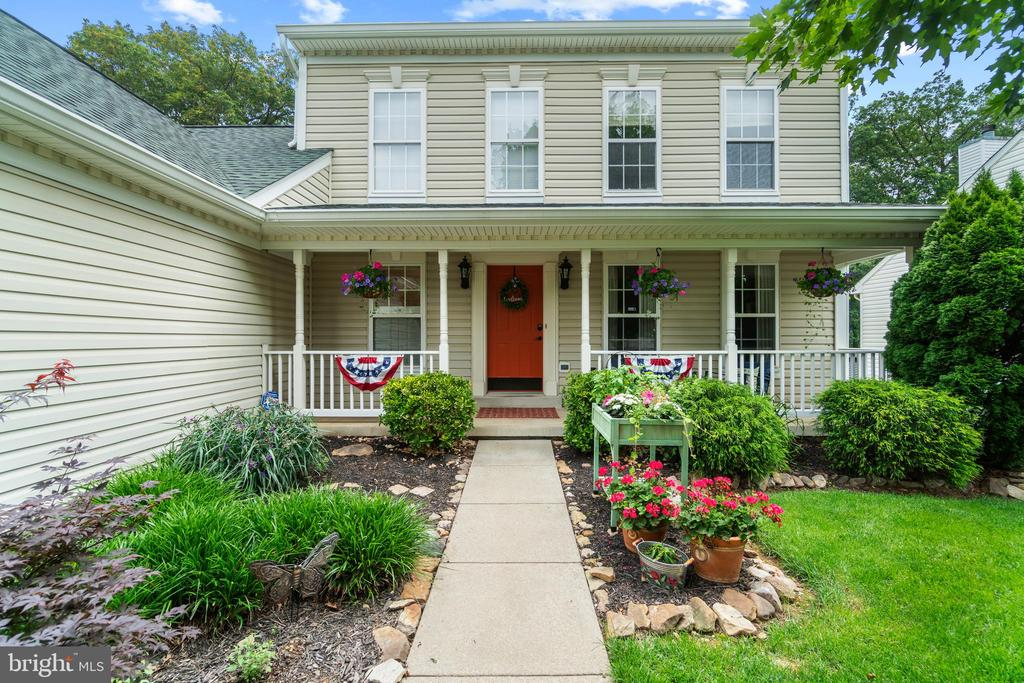 Inviting front porch and landscaping - 17318 ARROWOOD PL, ROUND HILL