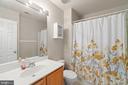 Upper level full bath - 17318 ARROWOOD PL, ROUND HILL