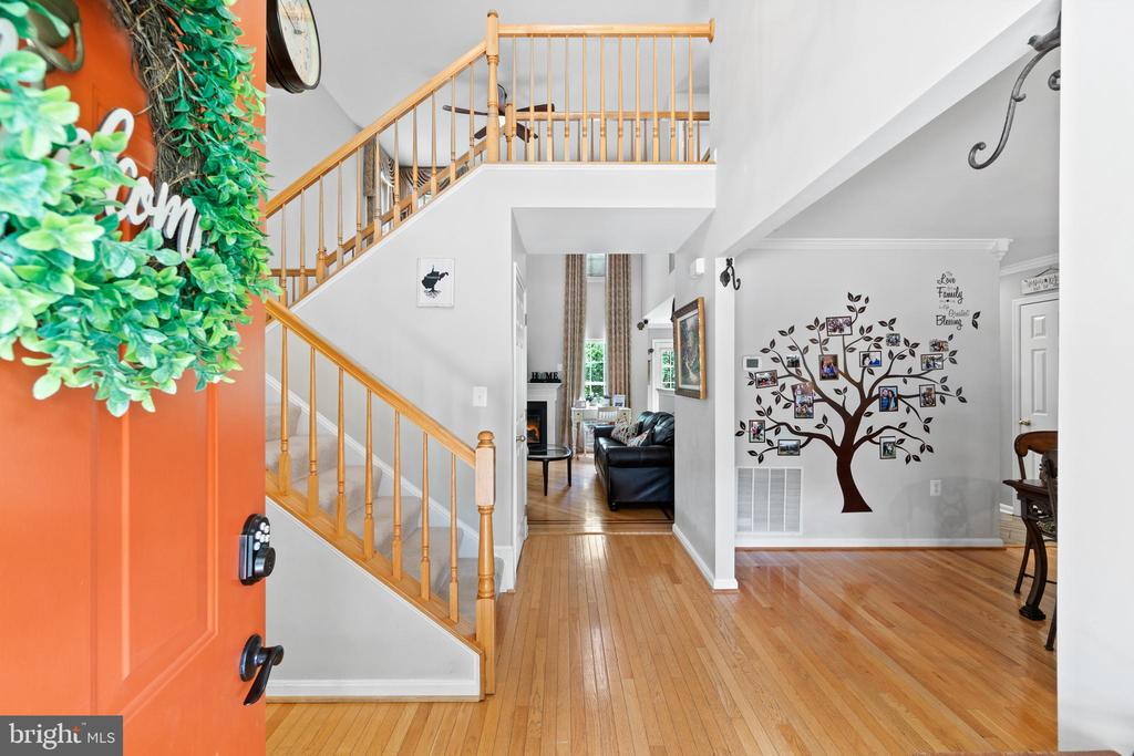 Open, light filled home! - 17318 ARROWOOD PL, ROUND HILL