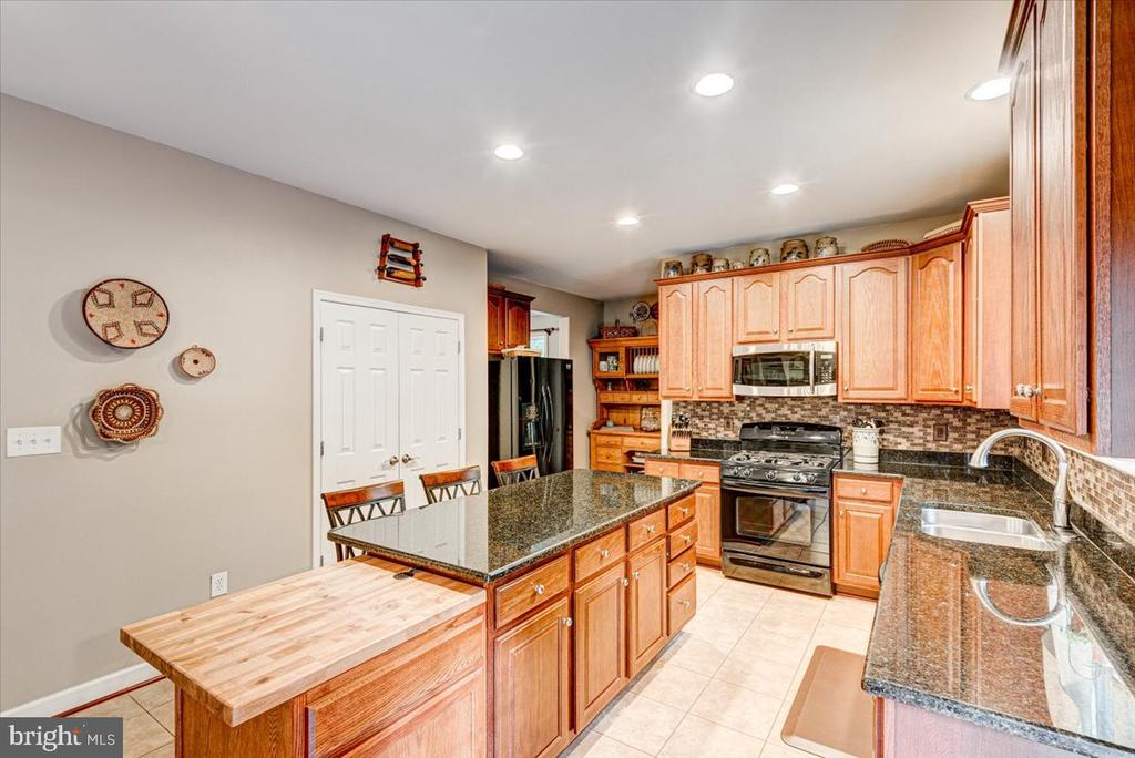 Large pantry and upgraded appliances. - 26 BLOSSOM TREE CT, STAFFORD