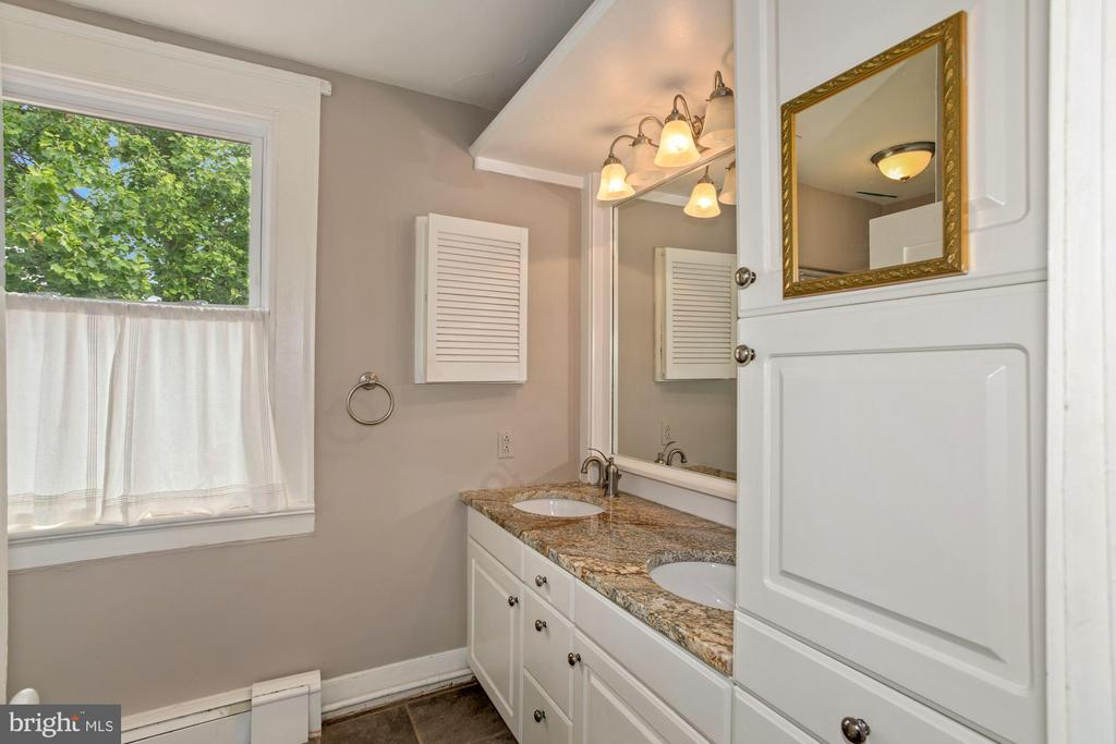 Full bath upstairs - 675 LIME MARL LN, BERRYVILLE