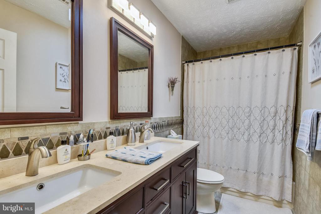 Upper Lvl bath w /Skylight & tub/shower - 1515 STUART RD, RESTON