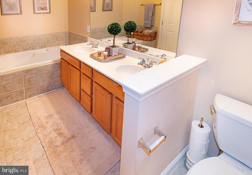 Primary bathroom with ceramic tile flooring - 5000 DONOVAN DR, ALEXANDRIA