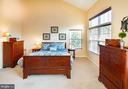 Primary bedroom - vaulted ceilings - 5000 DONOVAN DR, ALEXANDRIA