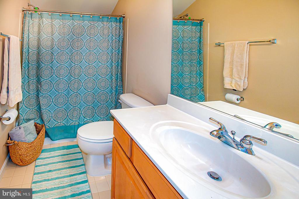 4th level en suite full bathroom with tub - 5000 DONOVAN DR, ALEXANDRIA
