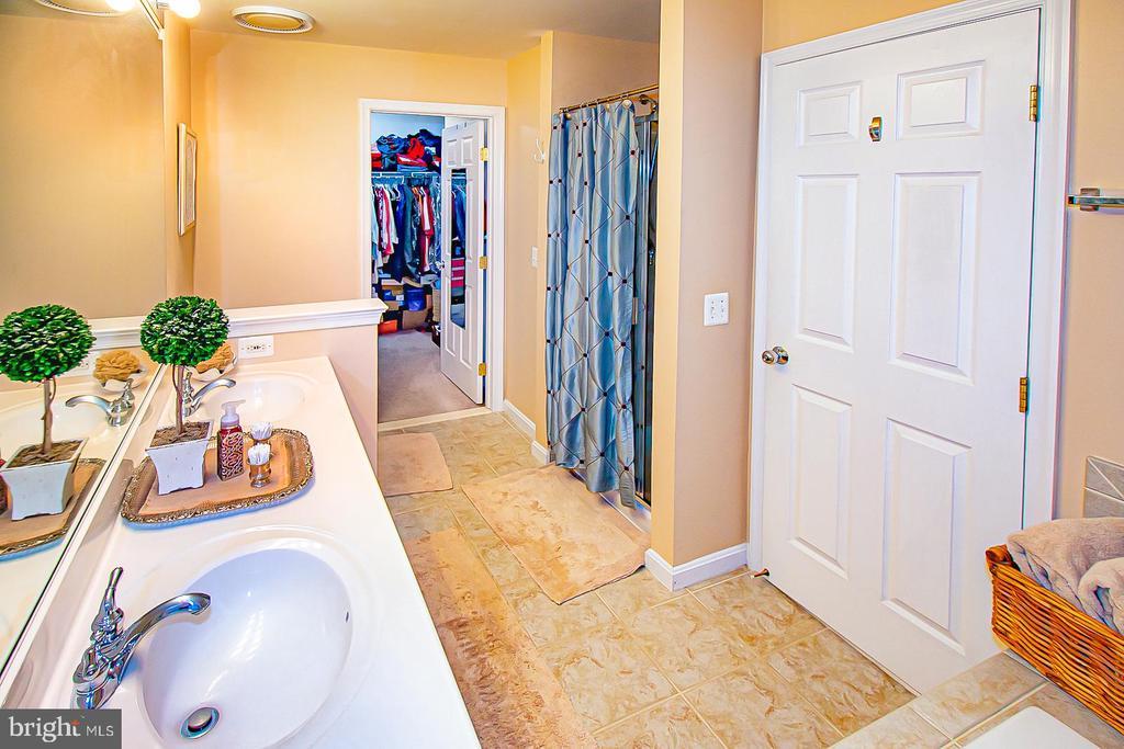 Primary bath- dual sinks! - 5000 DONOVAN DR, ALEXANDRIA