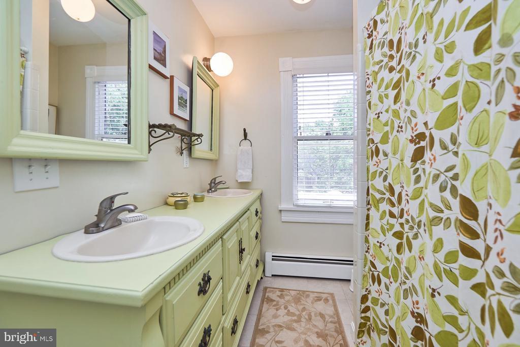 Upper Level Bathroom - 9012 GRANT AVE, MANASSAS