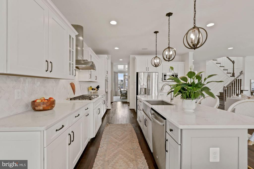 love to cook? this kitchen is stunning - 1015 AKAN ST SE, LEESBURG