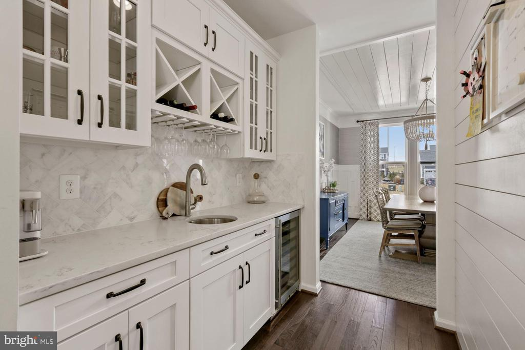 beautiful butlers pantry and wine fridge - 1015 AKAN ST SE, LEESBURG