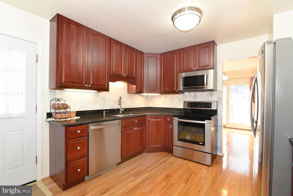 Kitchen - 8909 LAKE BRADDOCK DR, BURKE