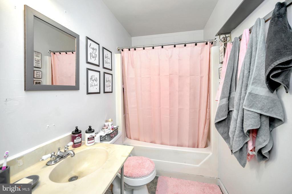 Upper level full bathroom - 4613 CENTRAL PARK DR, WOODBRIDGE