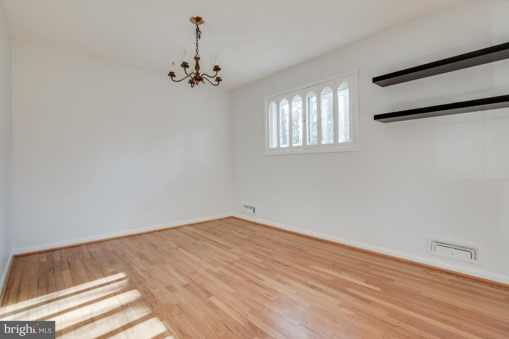 Separate dining room space - 5035 KING RICHARD DR, ANNANDALE