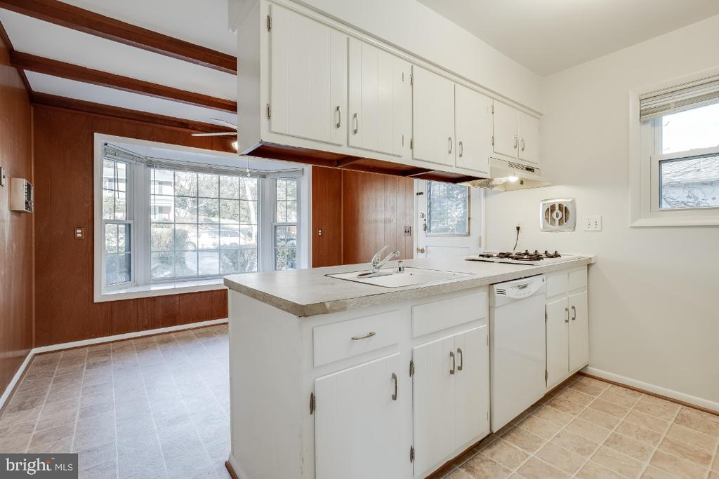 Sweet kitchen ready to use - 5035 KING RICHARD DR, ANNANDALE