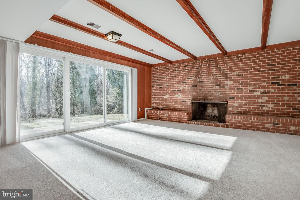 Family room with slider to patio and rear yard - 5035 KING RICHARD DR, ANNANDALE